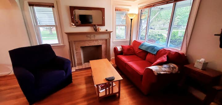 3BR house, wifi, comfy, pets welcome, backyard