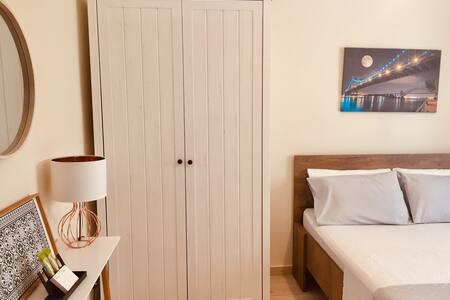 Υπνοδωμάτιο!Υπάρχει κενός χώρος από το κρεβάτι μέχρι την κονσόλα.