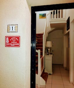 Porte d'entrée ouverte.