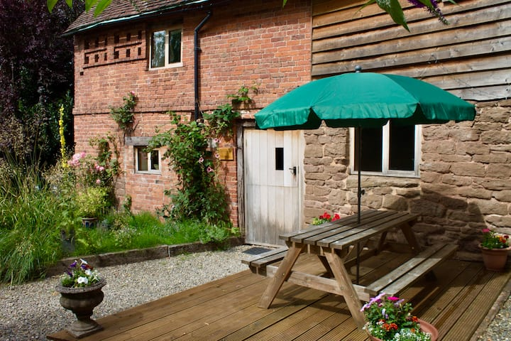 Grade II listed cottage in beautiful countryside