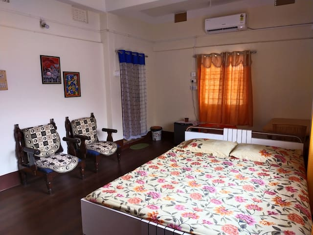 The bed is a king-size bed and an extra mattress is available on request. The room is airy, well lighted, and spaced out. We can host 3 people comfortably.