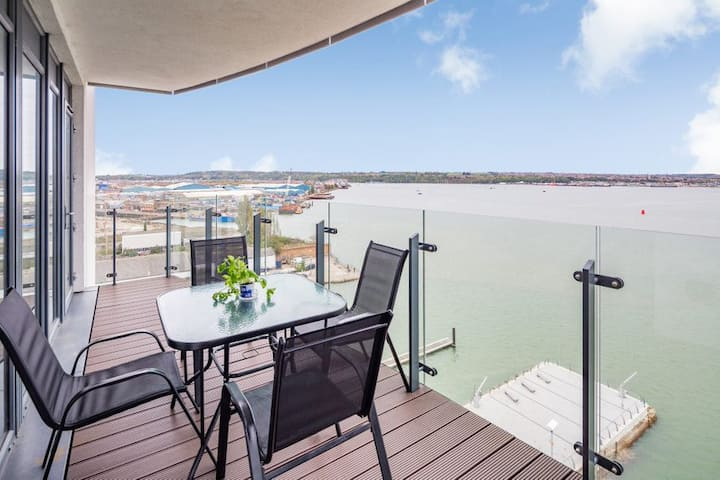 Luxury Apt with a view, King size Bed, sleeps 5