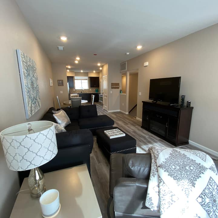 Classy Riverview Townhome Close to Downtown Reno