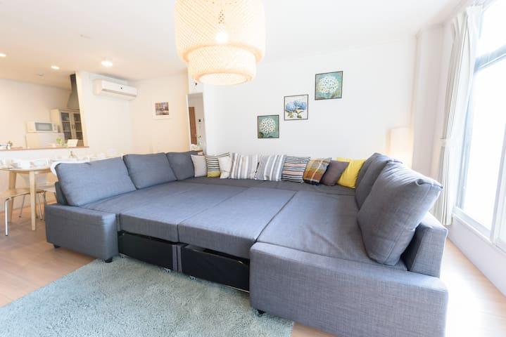 2階 リビングルーム 60平米  ダブルソファーベッド 2個 4名 17名~20名の場合、寝具ベッドとして使用し     て頂きます。 ダブルの掛け敷き1セット2個用意させて頂きます。但し、ゲスト様自身でセットして頂くようになります。  2nd floor living room 60 sqm  2 double sofa beds for 4 people For 17 to 20 people, use it as a bedding bed. I will have it.