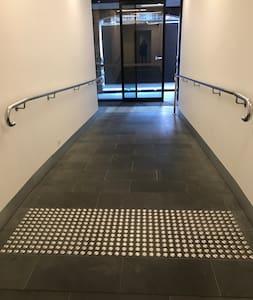 Camino hasta la entrada sin escalones