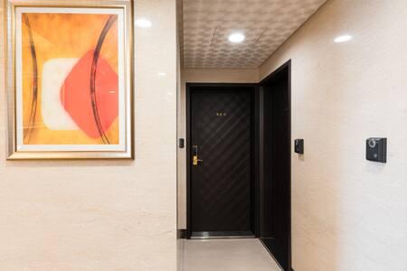 Drzwi wejściowe mają co najmniej 81cm szerokości