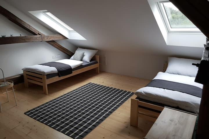 Nový podkrovní apartmán, klimatizováno, parkoviště