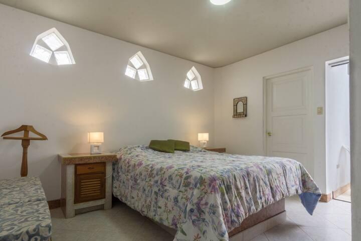 Habitación 1 con Baño Completo 1 incorporado, terraza, cama queen size y cuna