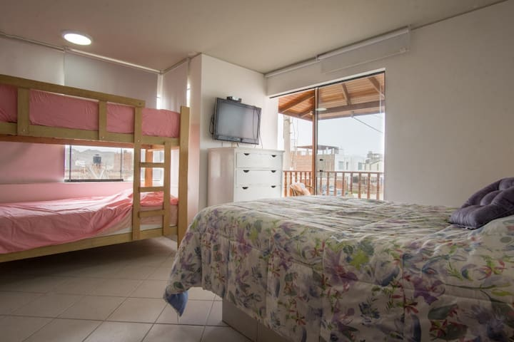 Habitación 2 Cama queen size y litera (camarote) con baño incorporado y balcón