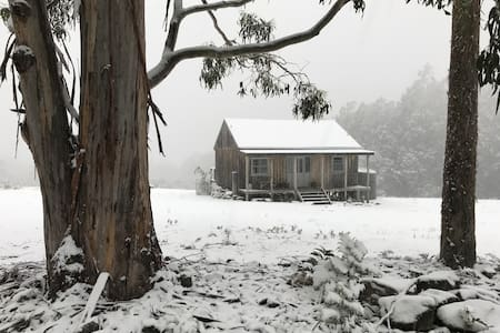 Misty Ridge Cottage. Cygnet. Tasmania
