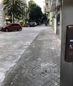 从小区大门到民宿门口都是一条正直大路,而且车可以开到民宿门口停车,方便行动不便的人上下车