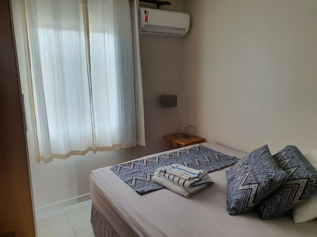 Terceiro quarto com cama queen e ar-condicionado.