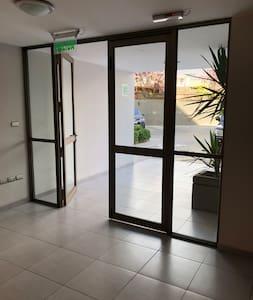 Entrada y salida de la Torre del departamento.