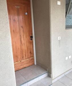 la puerta de acceso al departamento tiene dos escalones.