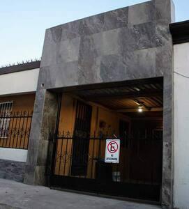 Entrada de acceso a cochera o Garage para ingresar a Departamento con Rampa, sin escalones.