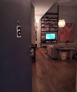 הכניסה לבית דרך דלת כניסה  אשר רוחבה הוא : 91 סנטימטרים
