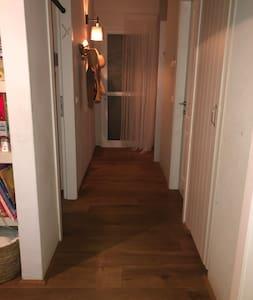 רוחב המסדרון הוא 103 סנטימטרים.  The width of the corridor is 103 Centimeters