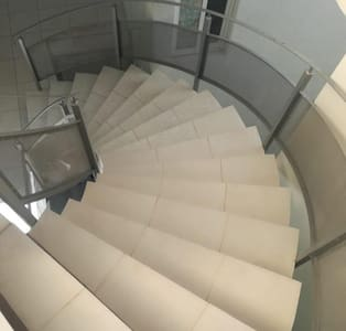 Escaleras que conducen al departamento 301