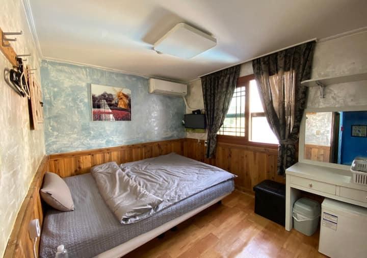 아름다운 서귀포 앞바다을 바라볼 수있는 옥상휴게실이 있는 싱글룸 - 306호