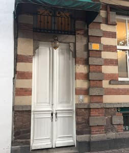 Entrada al edificio que consta de un portón con dos puertas, ambas puertas pueden ser abiertas en caso necesario.
