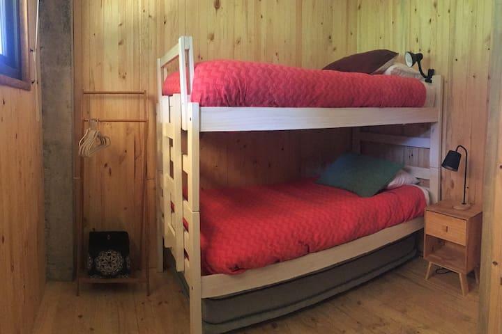 Dormitorio 6, camarote 1.5 plaza, cama nido 1 plaza (opcional). Sixth Bedroom, bunk bed 1.5, trundle/hideaway bed 1.5