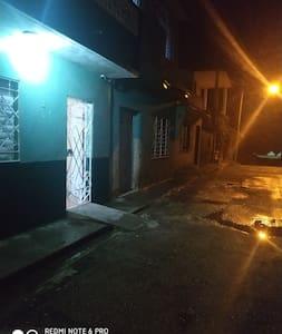 Entrada Independiente con iluminación el la calle