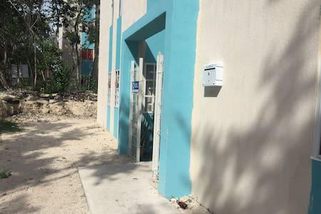 Entrada principal del departamento edificio.