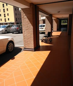 Nell'ampio cortile, ottimamente asfaltato, è possibile parcheggiare l'auto e raggiungere in autonomia il porticato per arrivare al portone d'ingresso, largo 85 cm