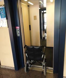 L'ascensore è completamente accessibile in autonomia e permette la rotazione all'interno. Porta larga 90 cm