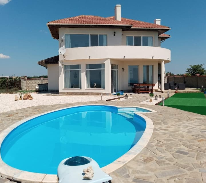 Spacious villa with stunning sea views & pool