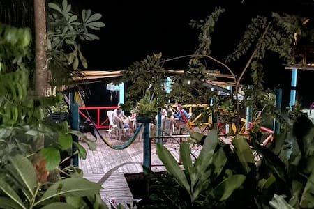 Una de las Terrazas de acceso y opción para cenar también a orilla de Rio