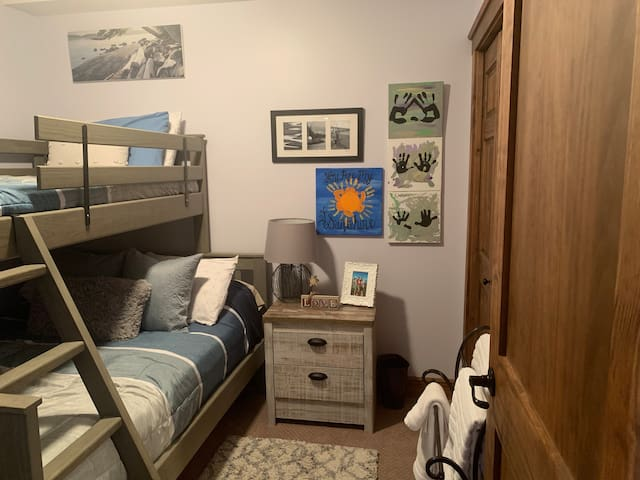 2nd bedroom - no window Double bed on the bottom. Single bed on top.