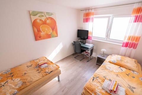 Alojamento em um belo quarto no porão