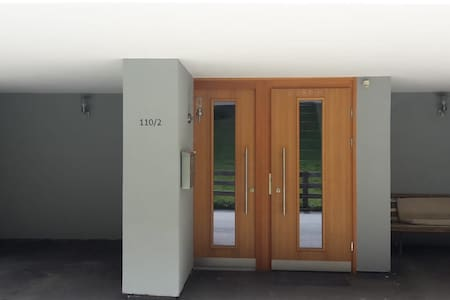 La porte d'entrée de gauche donne sur l'appartement