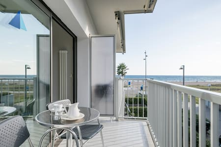 Apartment with panoramic side sea view