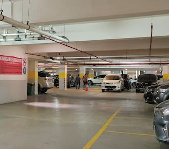 Parking area and access to the lobby. ** Area parkir dan akses ke Lobby