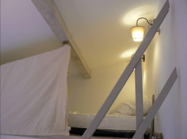 Sur la mezzanine du studio, un petit  lit double 120cm de large permet d'accueillir un adulte ou 2 jeunes enfants de plus de 6 ans (le couchage en mezzanine est interdit aux enfants de moins de 6 ans selon la loi française)