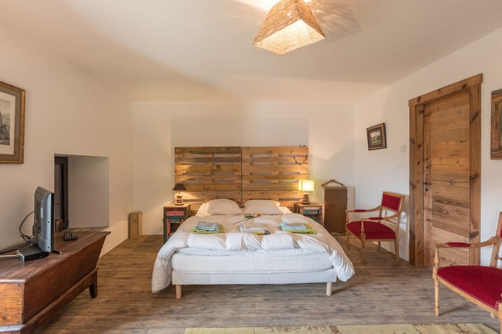 Master bedroom avec salle de bain attenante