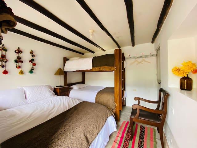 Habitación #1 con entrada independiente y baño privado.
