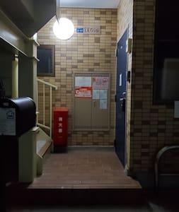 玄関前です。夜は照明があります。