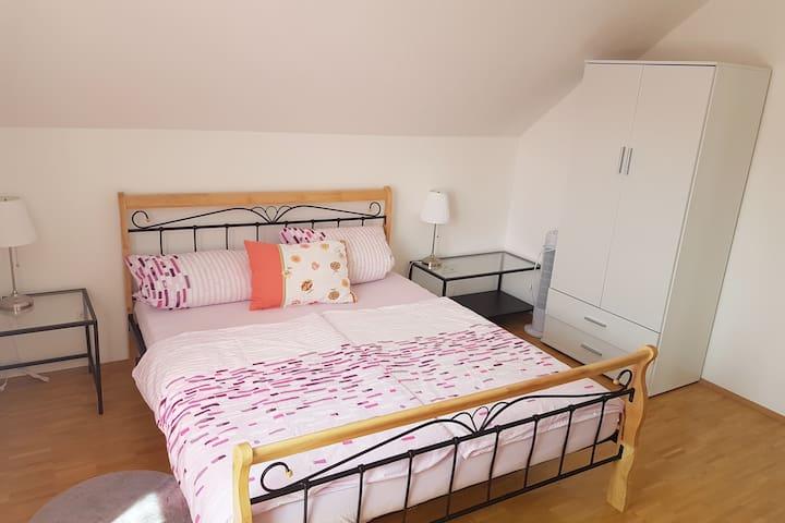 Schlafzimmer mit 160cm Bett