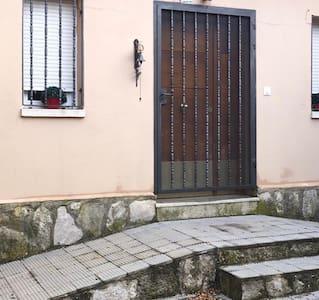 Entrada a la casa . Hay rampa pero al final hay un escalón pequeño de acceso final a la casa , creemos que fácilmente salvable.