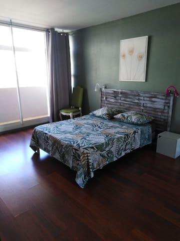 Chambre climatisée avec balcon.