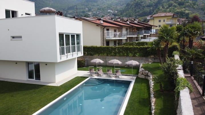 Appartamento con terrazza privata e piscina