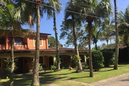 A casa tem uma grande e espaçosa entrada com uma porta de correr na varanda e uma porta veneziana na varanda dando para a sala onde se pode entrar sem dificuldades.