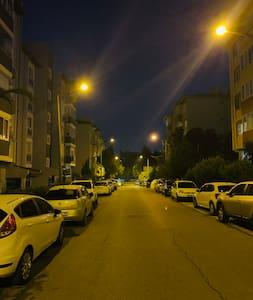 Apartmanın bulunduğu ana cadde
