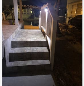 Dobro osvijetljen put do ulaznih vrata