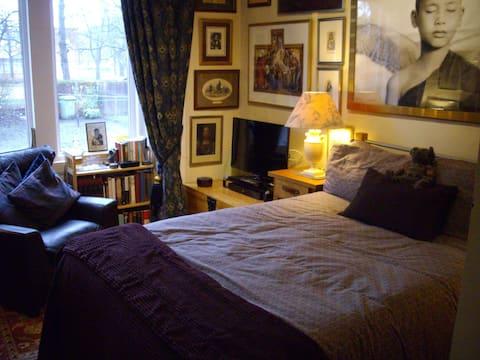 Double bed in quiet apartment