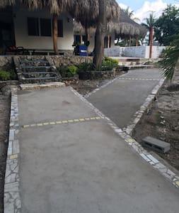 Camino q conduce a la casa principal y a las doS cabañas