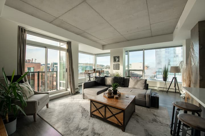 Corner Unit With Expansive Downtown Views